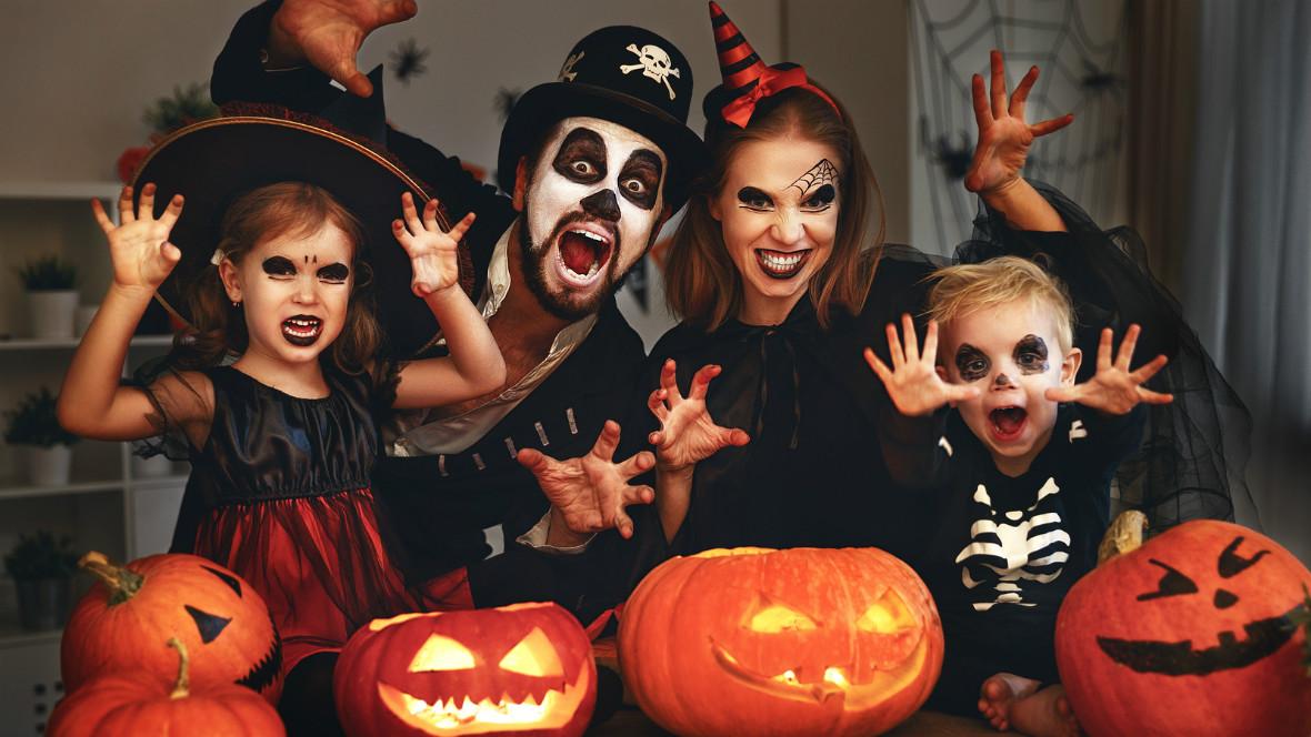 Familie feiert zusammen Halloween.