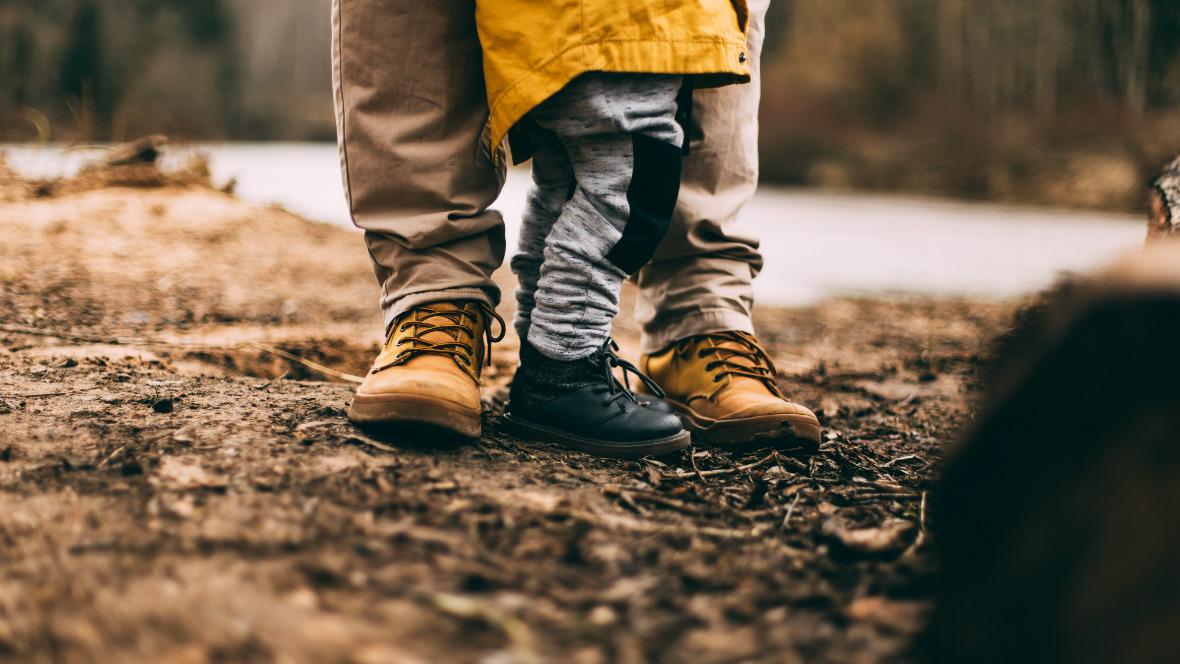 Ein Vater geht mit seinem Kind spazieren.