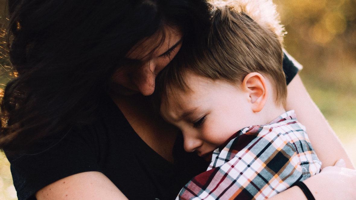 Mutter tröstet ihren Sohn
