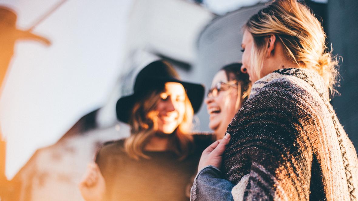 Frauen stehen zusammen und lachen