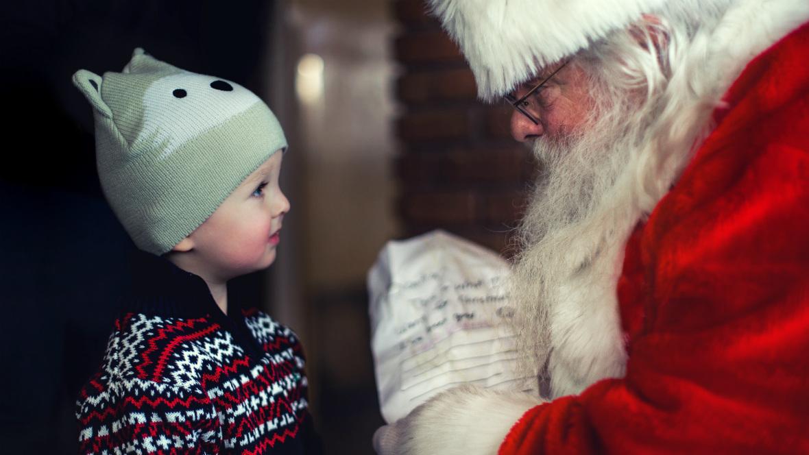 Ein kleiner Junge steht vor dem Weihnachtsmann