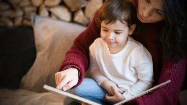 Mutter liest ihrem Sohn aus Buch-Adventskalender vor