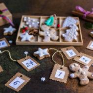 Ein Tisch mit verschiedenen Ideen zum Adventskalender befüllen