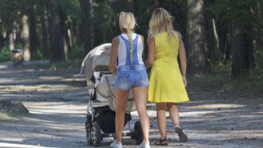 Zwei Mamas gehen spazieren