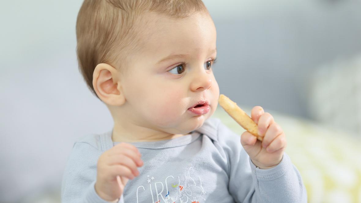Einer kleiner Junge isst einen Keks