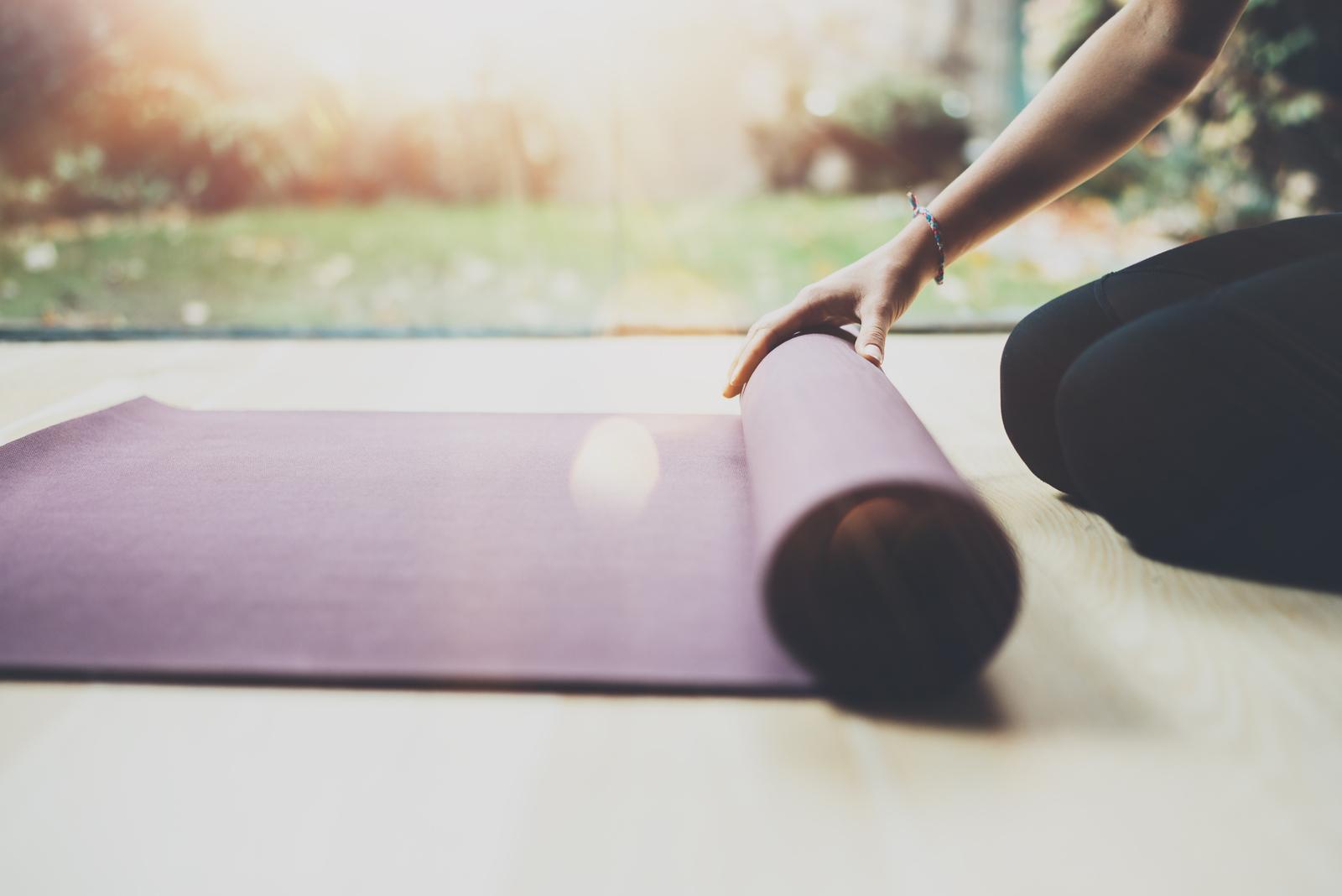 Frau macht Beckenbodentraining zur Rückbildungsgymnastik
