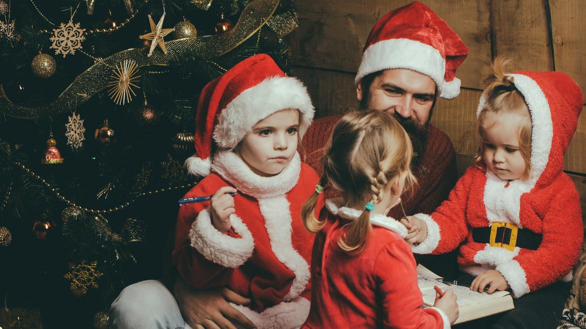 Ein Vater feiert mit seinen Kindern Weihnachten