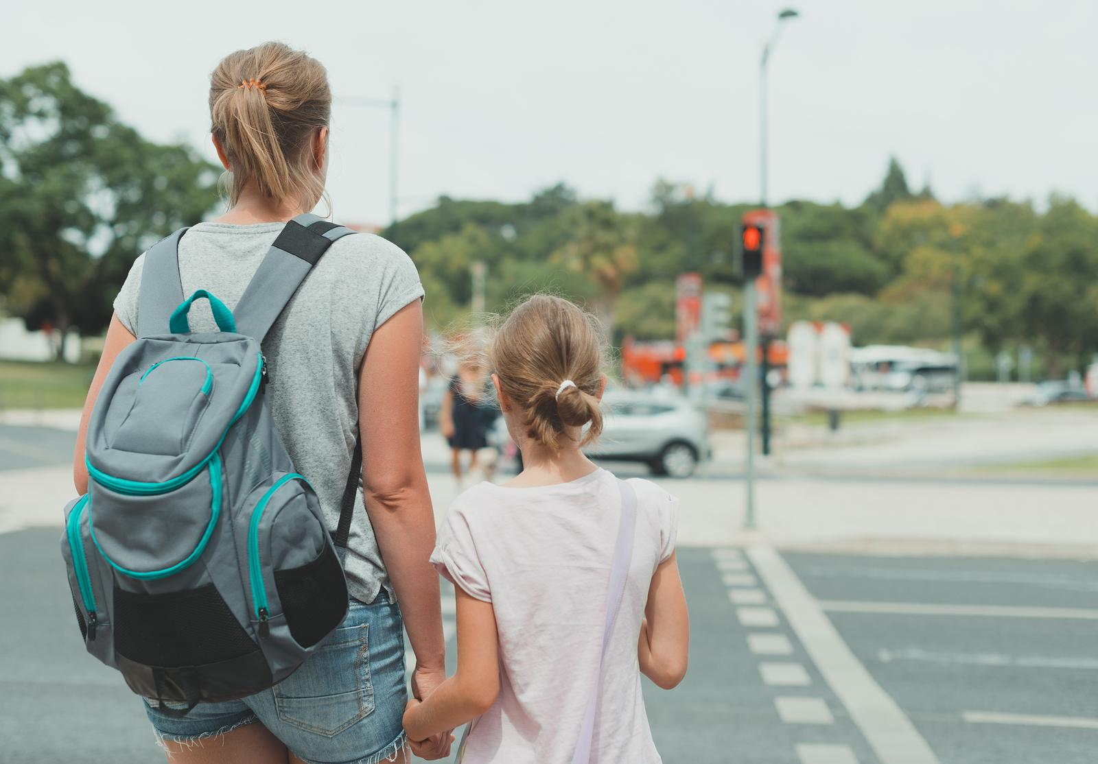 Mutter und Tochter warten an der Straße