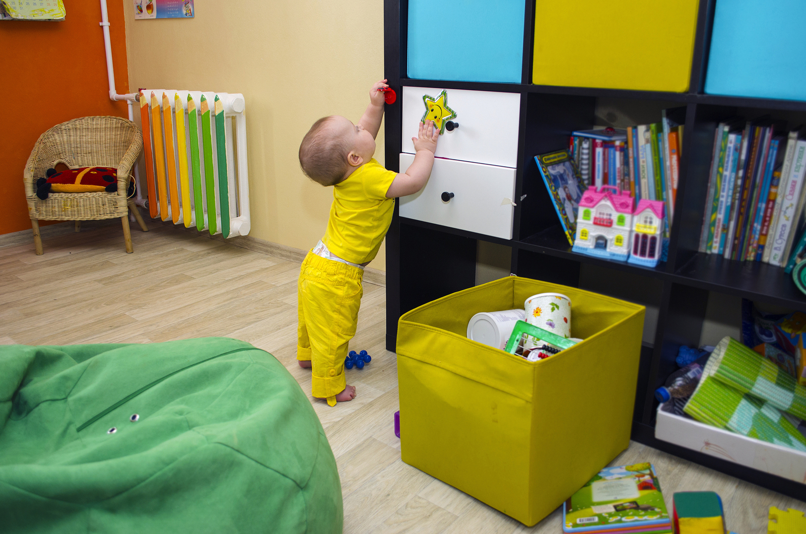 Kleinkind hält sich an einem Schrank fest