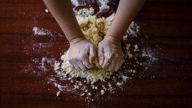 Hände kneten Teig nach einem Salzteig Rezept
