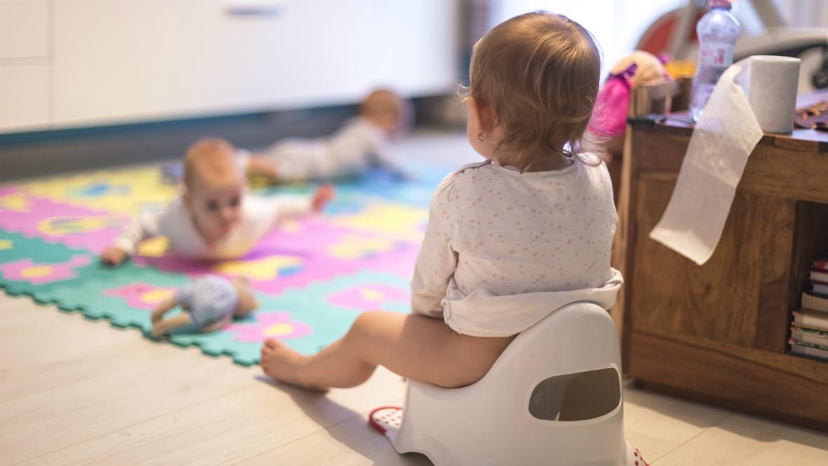Ein kleines Kind sitzt auf dem Töpfchen