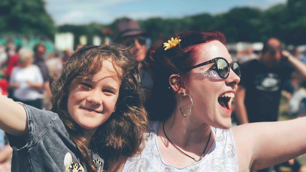 Mutter und Tochter tanzen auf einem Festival