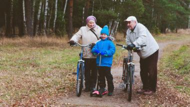 Großeltern machen einen Fahrradausflug mit ihrem Enkel