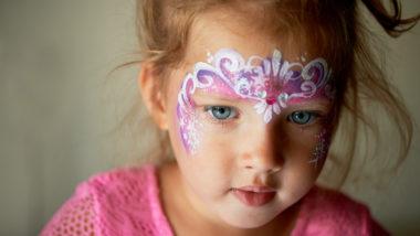 Ein kleines Mädchen mit geschminktem Gesicht