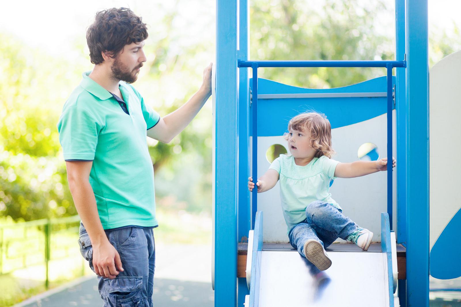 Vater und Sohn spielen auf dem Spielplatz