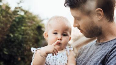Ein Vater hat seine kleine Tochter auf dem Arm