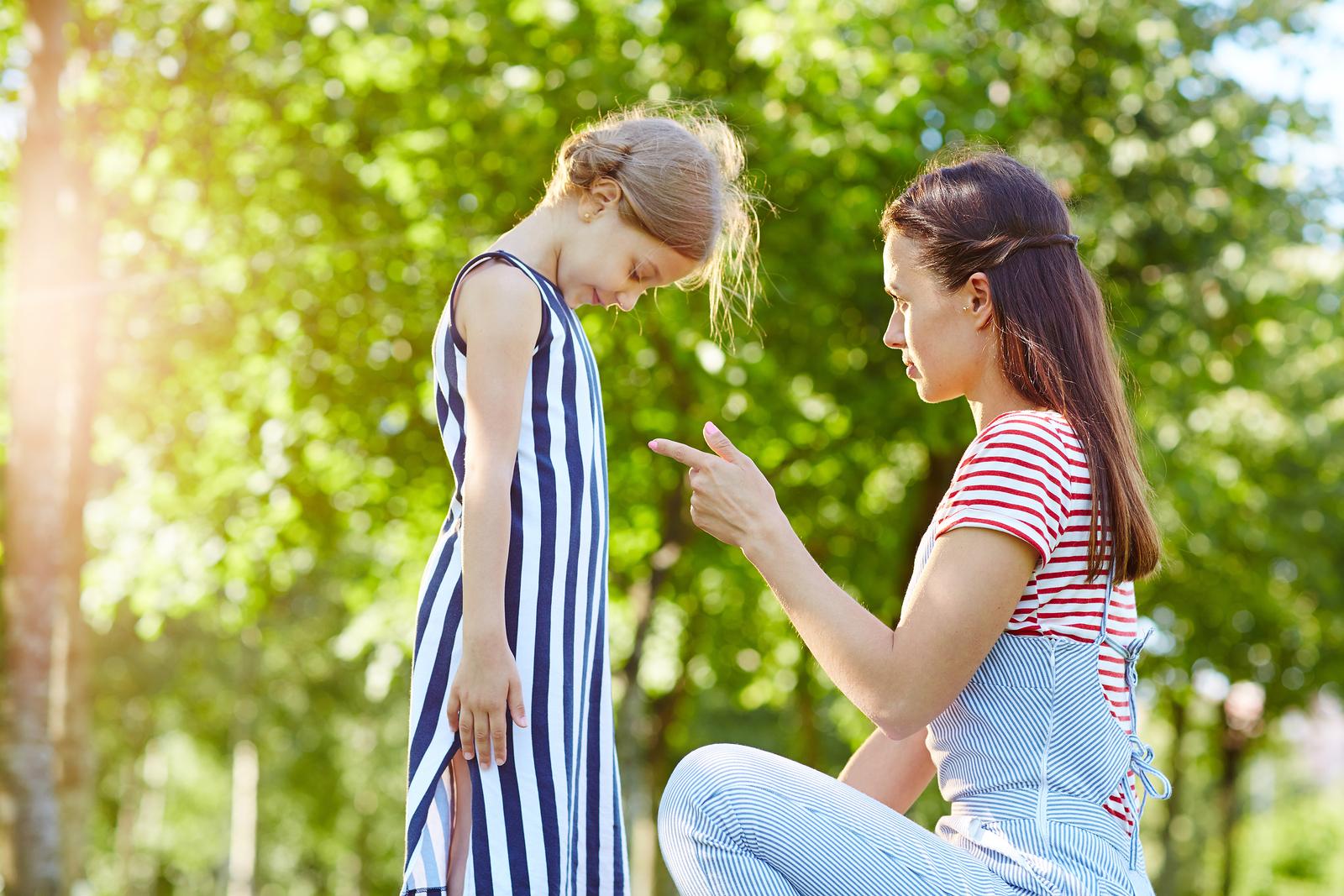 Strenge Mutter schimpft Tochter