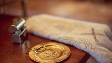 Taugeschenke liegen auf einem Altar