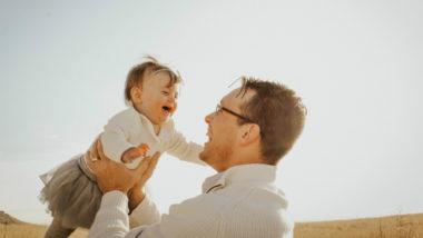 Ein Vater spielt mit seiner Tochter