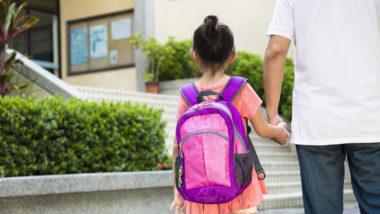 Vater geht mit Tochter in die Schule