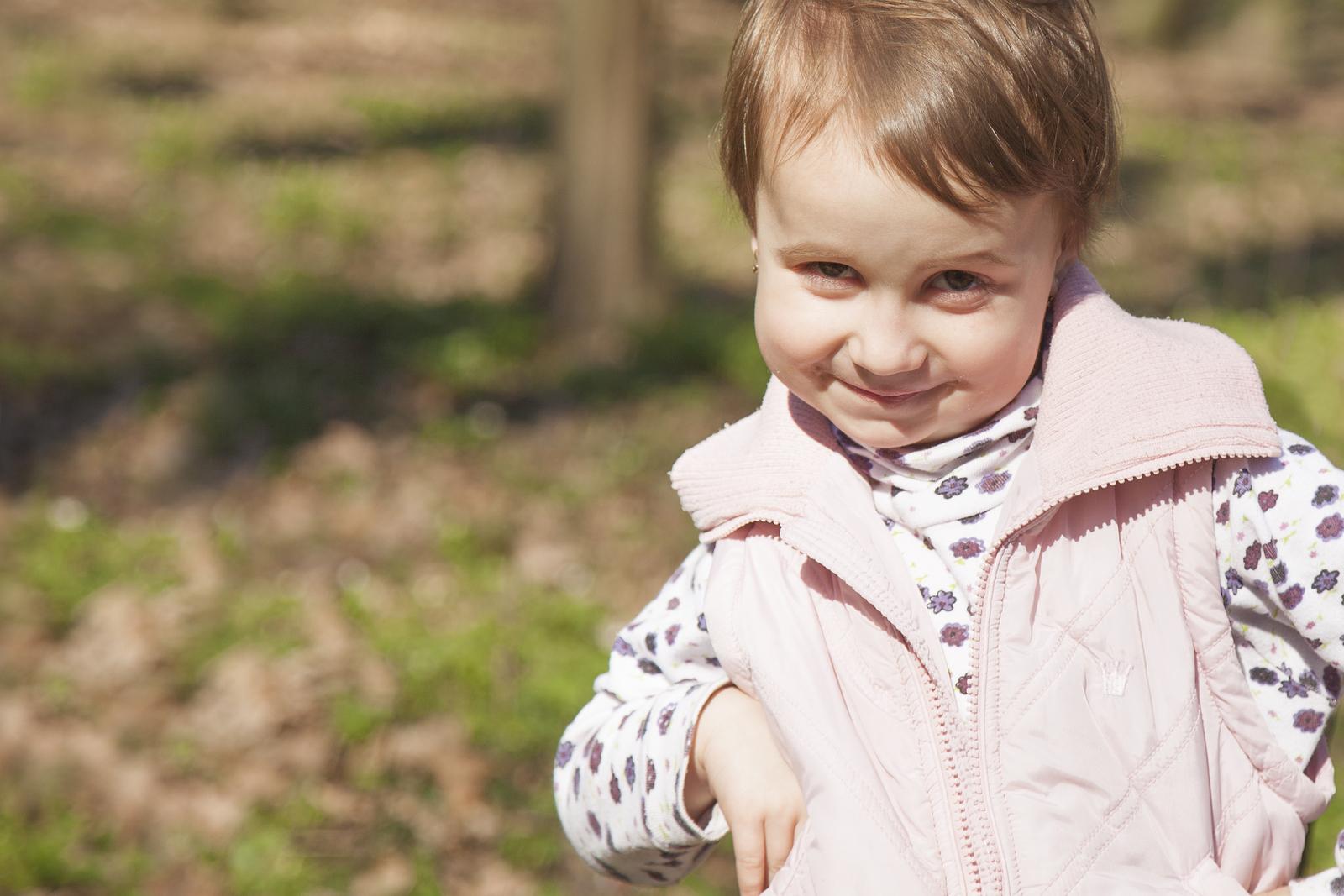 Kleines Mädchen schaut frech in die Kamera