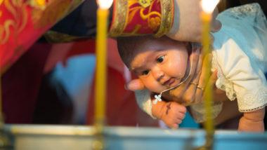Kind bei einer Taufe Ablauf