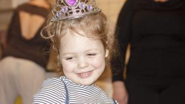 Kleines Mädchen trägt eine Krone