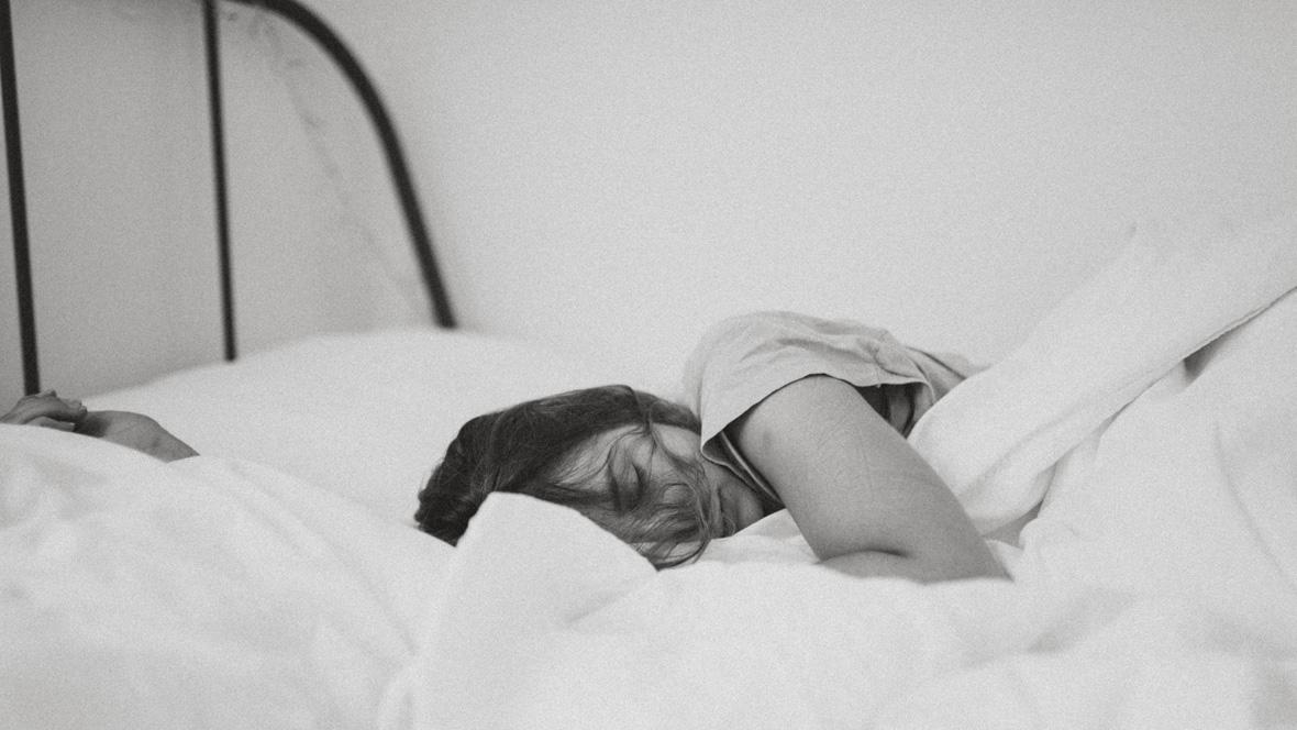Frau liegt im Bett
