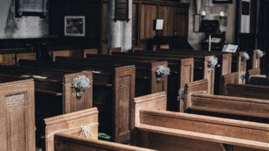 Kirche wird erfüllt von Taufliedern