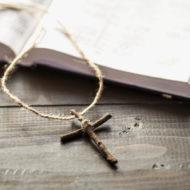 eine Bibel mit dem vater-unser und dem Glaubensbekenntnis