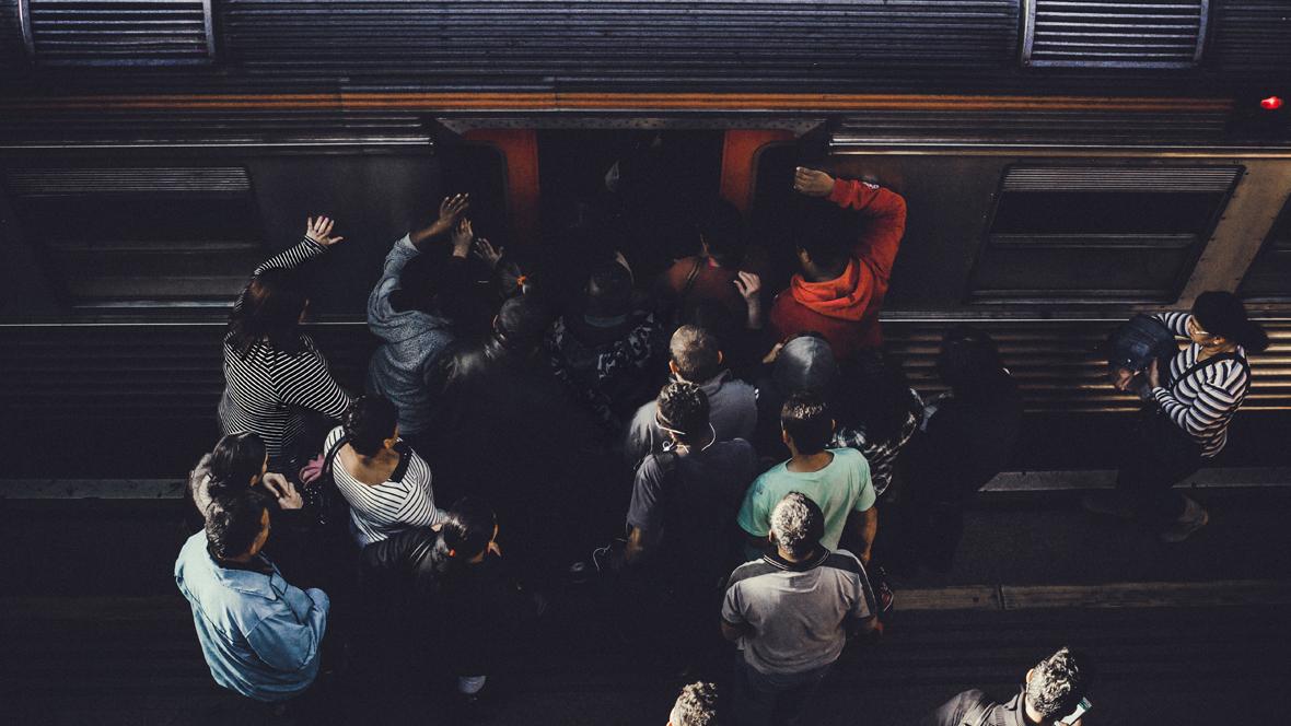Leute drängen in eine Ubahn