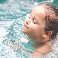 Mädchen beim Schwimmenlernen