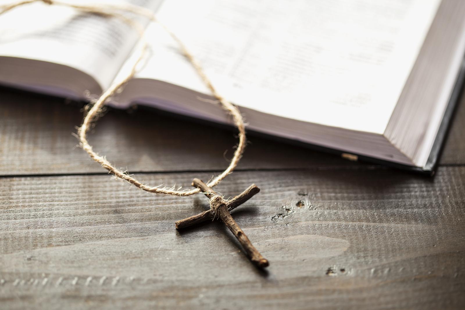 Kreuz vor einer Bibel