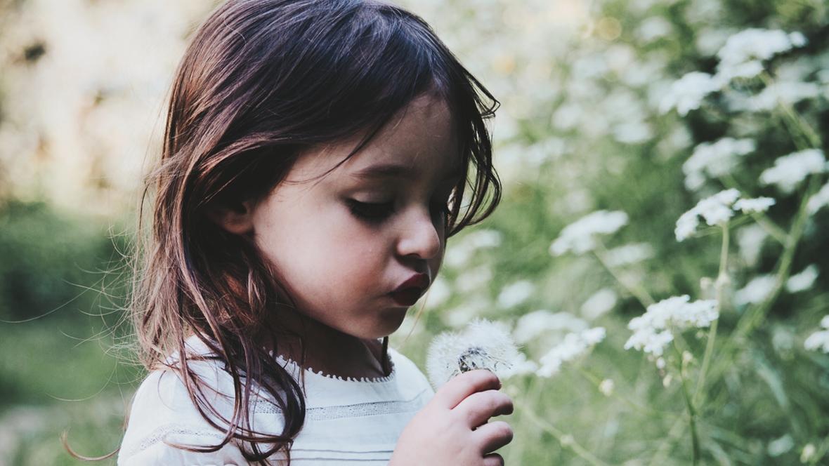 Kleines Mädchen macht Konzentrationsübungen zur Konzentration steigern