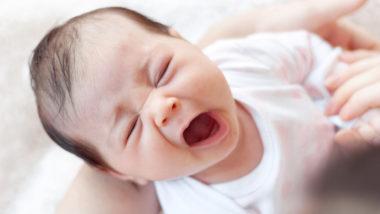 Baby 6 Wochen alt gähnt