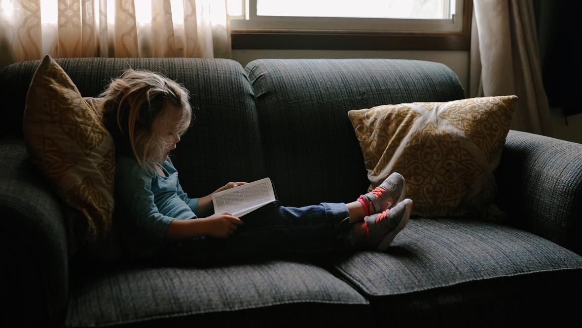 Mädchen lernt lesen