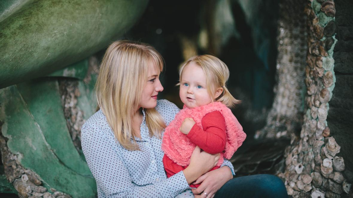 Mutter und Tochter sitzen unter einem Kaktus