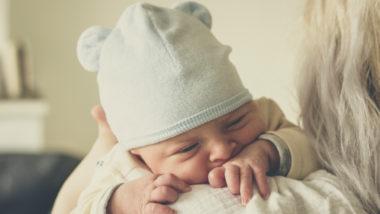 Eine Frau trägt ein Baby