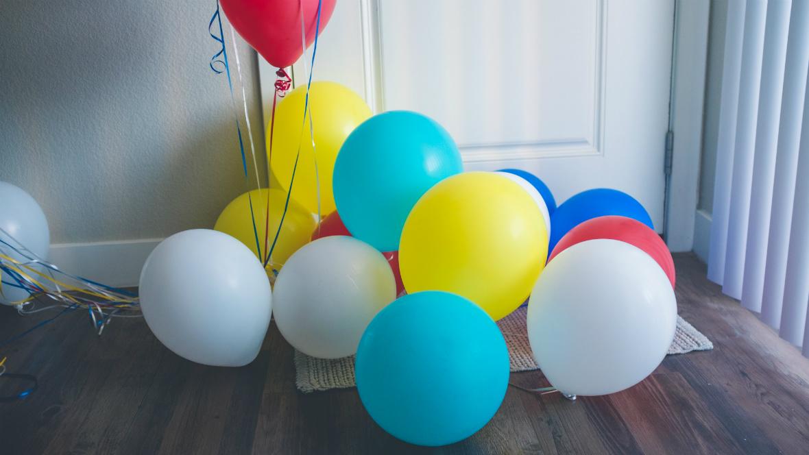 Luftballons liegen am Boden