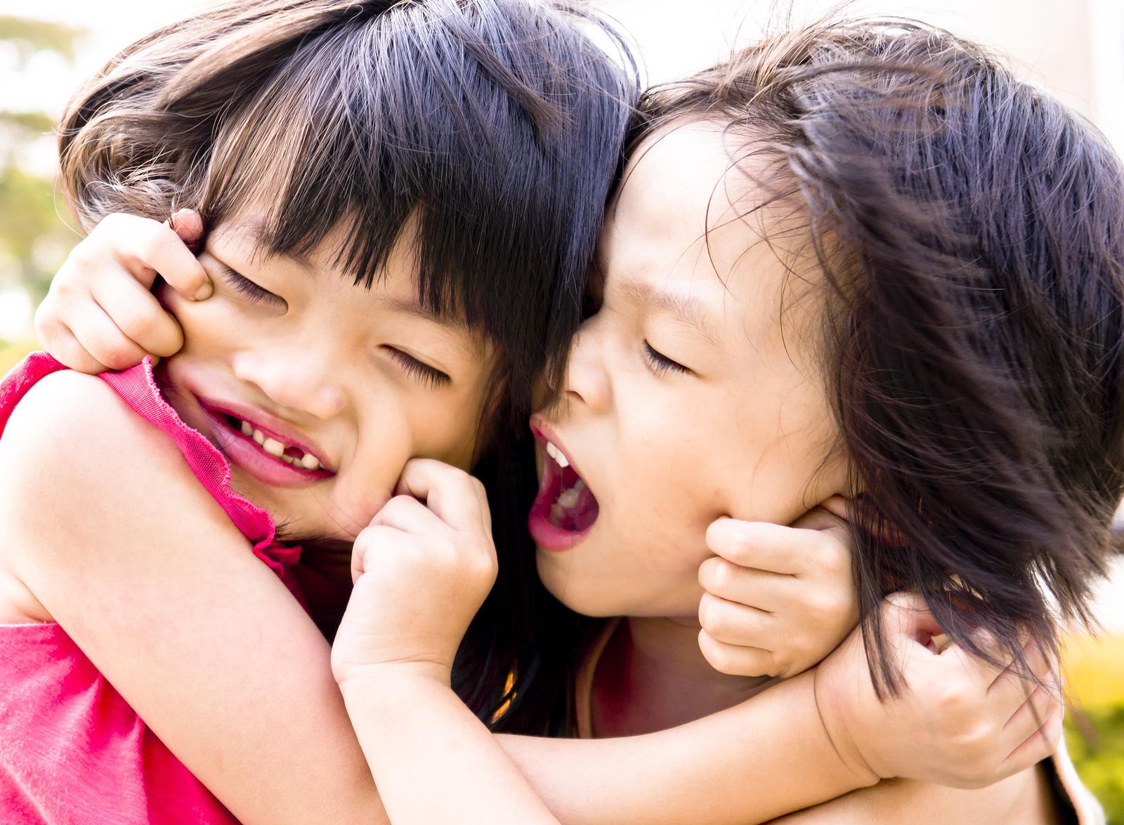 Zwei Schwestern streiten sich