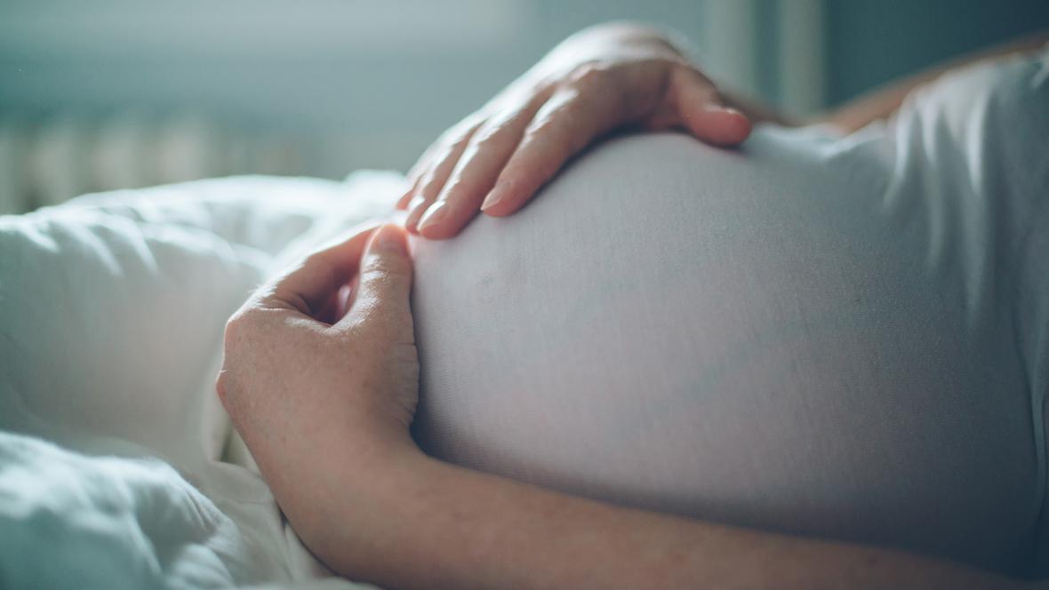 Schwangere streichelt ihren Bauch