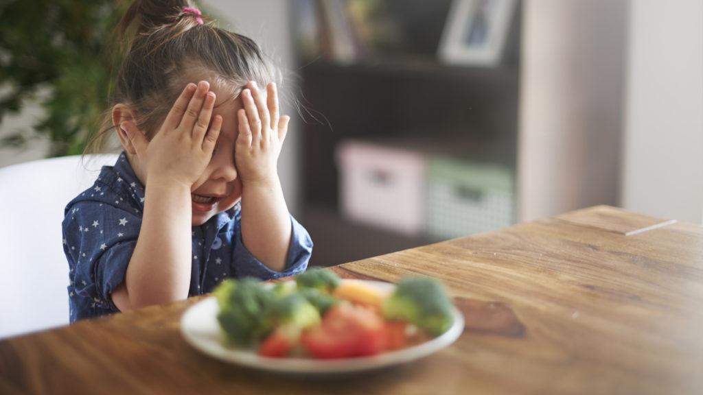 Mädchen will ihr Gemüse nicht essen