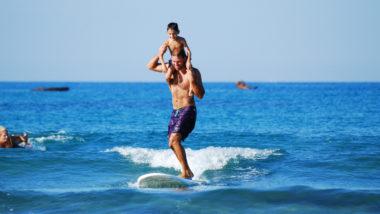 Ein Vater surft mit seinem Sohn