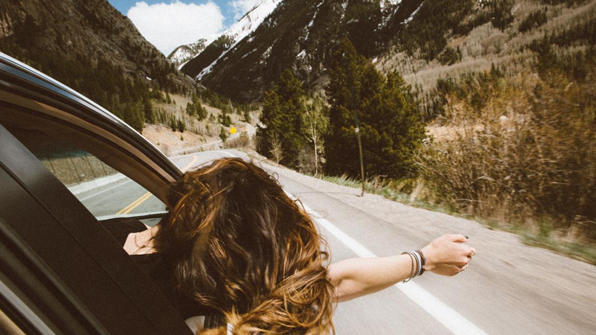 Frau fährt in einem Auto