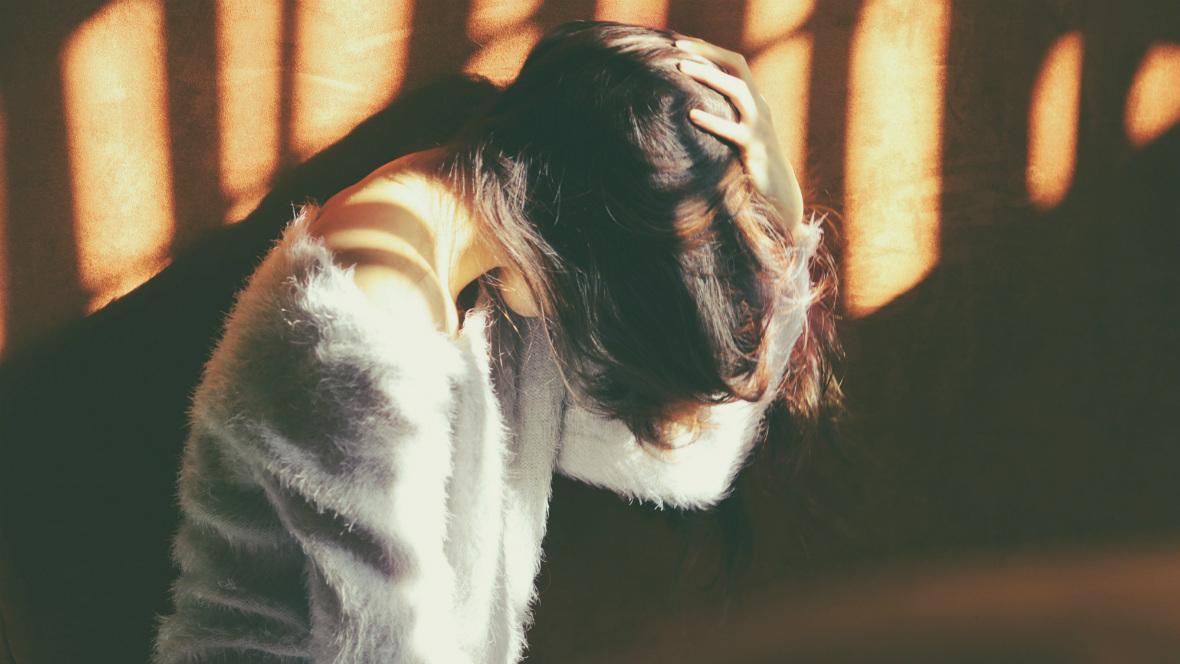 Eine Frau hält sich ihren Kopf wegen Kopfschmerzen in der Schwangerschaf