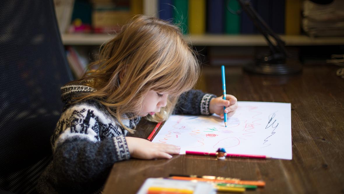 Linkshänder Kind mal an Schreibtisch