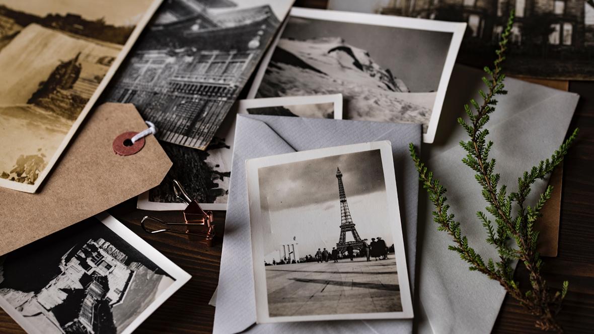 Alte Fotos liegen auf einem Tisch