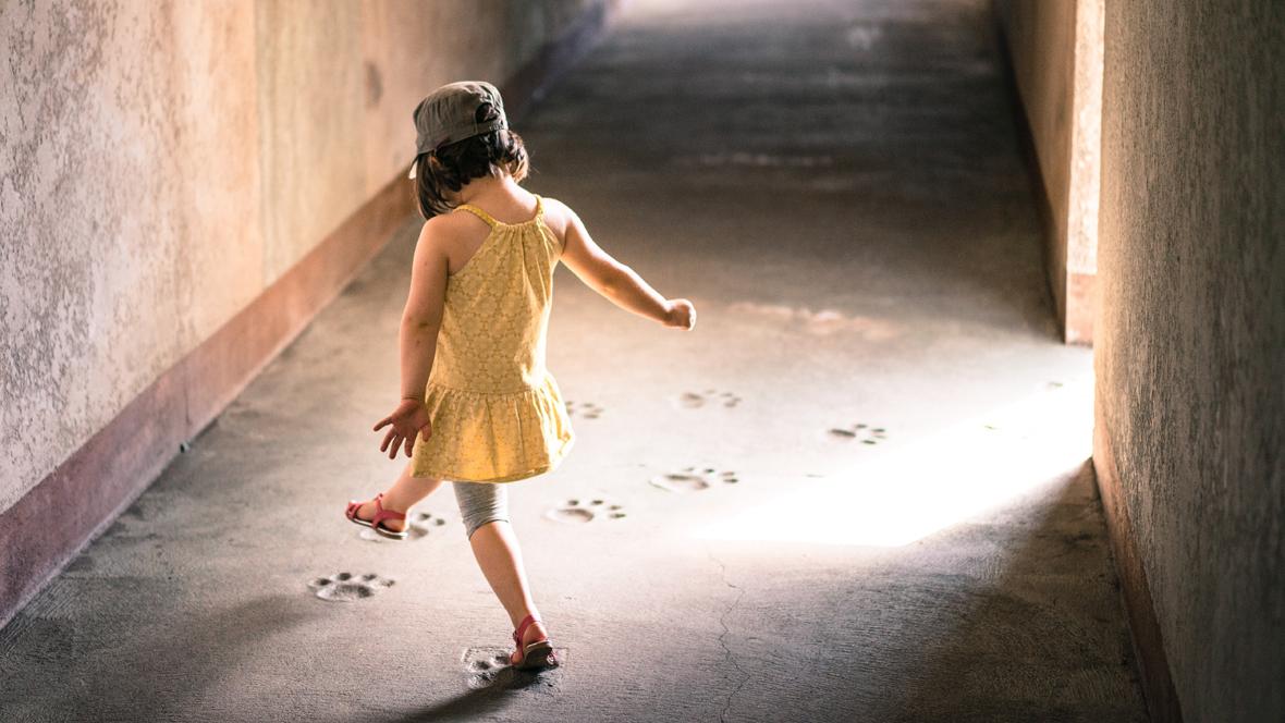 Mädchen läuft einen Flur entlang