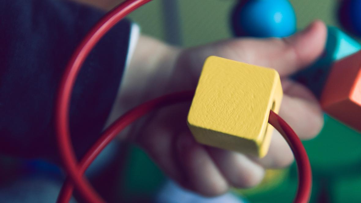 1-Jähriger spielt mit Babyspielzeug