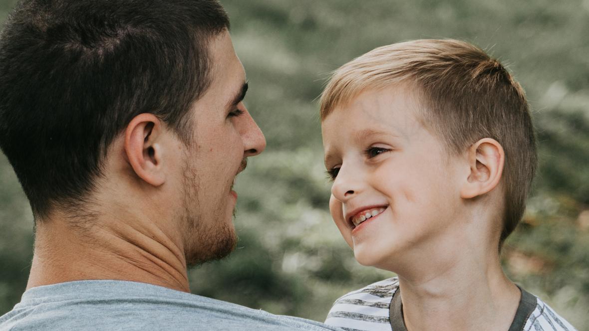 Vater hat seinen Sohn auf dem Arm